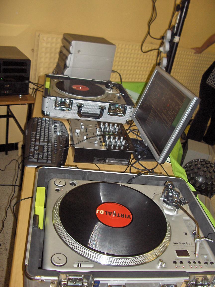 virtual dj software platines et table de mix. Black Bedroom Furniture Sets. Home Design Ideas
